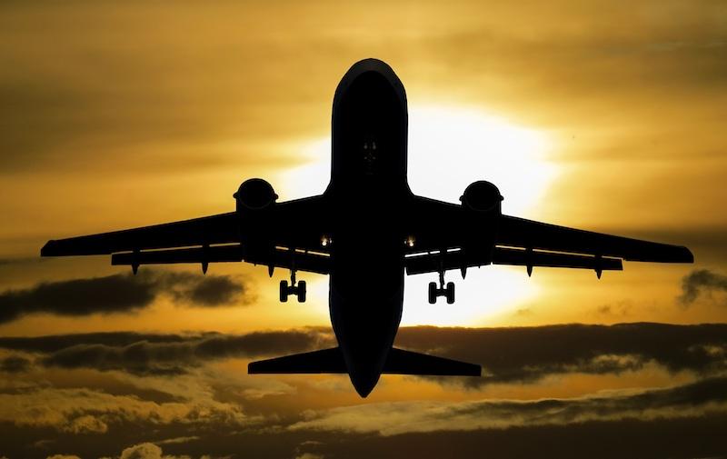 Startendes Flugzeug gegen den Himmel